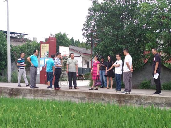 调研组来到三台县芦溪镇,现场查看了当地稻鸭共作模式运行情况,详细